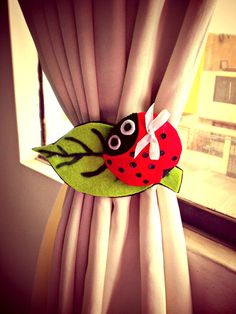 "HAZ TU PROPIO SUJETADOR DE CORTINAS EN DISEÑO ""MARIQUITAS"" ✿◕‿◕✿ Curtain Holder, Curtain Tie Backs, Felt Crafts, Diy And Crafts, Crochet Baby Sweaters, Crochet Curtains, Baby Pillows, Ikat, Blog"