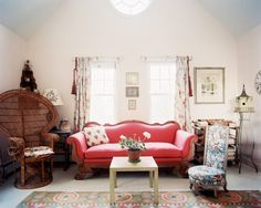 Living room with red vintage sofa Retro Living Rooms, Living Room Sets, Home Living Room, Living Room Furniture, Living Room Designs, Modern Furniture, Luxury Furniture, Furniture Ideas, Modern Country