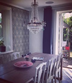 #williammorris #snakehead #matsal #kristallkrona #matheus #köksinspiration #heminredning #cloudy #altandörr #tidlös #jordlöparen William Morris, Dining Table, Furniture, Home Decor, Decoration Home, Room Decor, Dinner Table, Home Furnishings, Dining Room Table