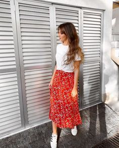 Saia vermelha: 30 fotos para se apaixonar por essa peça Sneakers Looks, Midi Skirt, 30, Floral, Casual, Skirts, T Shirt, Inspiration, Outfits