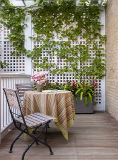 Lovely Rooftop Garden in Chicago is part of Rooftop garden Pergola - There's an atmosphere of charmed seclusion in Douglas Hoerr's backyard Metal Deck Railing, Deck Railing Design, Roof Deck, Deck Design, Railing Ideas, Pergola Ideas, Balcony Ideas, Roof Top, Fence Ideas