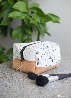DIY eckige Kosmetiktasche selbernähen mit Korkboden - einfache Schritt für Schritt Anleitung. Funktioniert ohne Schnittmuster in beliebiger Größe!