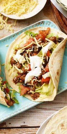 Gyros wraps with olives and minced meat maggi.de - Delicious, quick & easy: the gyros wrap with minced meat, olives and of course cheese! A great reci - Great Recipes, Vegan Recipes, Dinner Recipes, Gyro Wrap, Fingers Food, Avocado Dessert, Carne Picada, Clean Eating Dinner, Wrap Sandwiches