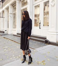 All black outfit street style inspiration pleated black skirt, ankle boots and black sweater Sweater Over Dress, Black Sweater Outfit, All Black Outfit, Sweater Outfits, Black Outfits, Fall Fashion Trends, Autumn Fashion, Ny Fashion, Fashion Tips