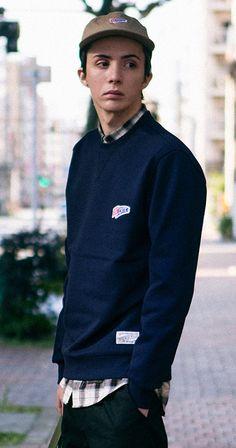 헤비스웻 져지원단, 드랍 숄더 패턴, 체인 자수가 돋보이는 크리틱의 스탠다드핏 스웨트 셔츠 모델 - 185cm, L size 착용