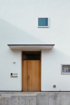 *汐見坂の家* / Atelier Kazuki Wakahara Modern Entrance Door, House Entrance, Entrance Doors, Courtyard House, Facade House, Colorful Interior Design, Colorful Interiors, Interior Garden, Japanese House
