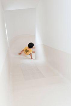子どもに優しい家 #homify #ホーミファイ #子供 #キッズ #インテリア https://www.homify.jp/ideabooks/306317 LEVEL Architects の オリジナルな 廊下&階段 SLIDE HOUSE (House in Nakameguro)