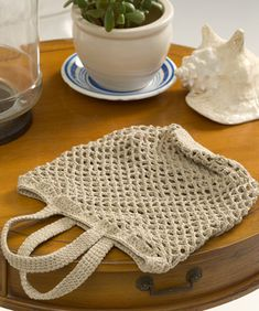 Learn how to crochet a bag that you can carry wherever you go. You'll find free crochet bag patterns, crochet purse patterns and even a free tote bag pattern or two. Crochet Shell Stitch, Bead Crochet, Filet Crochet, Crochet Crafts, Crochet Projects, Art Projects, Crochet Market Bag, Crochet Tote, Crochet Handbags