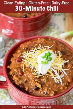 Eating Diet Vegetarian Super-Quick Clean Eating 30 Minute Chili Recipe - I love how easy it is to throw this together. You literally just dump in a bunch of cans of food and add some seasoning. My kids love this chili, especially on navajo tacos. Clean Dinners, Clean Eating Recipes For Dinner, Healthy Dinner Recipes, Healthy Meals, Delicious Recipes, Food Dinners, Skillet Dinners, Tasty, Fast Recipes
