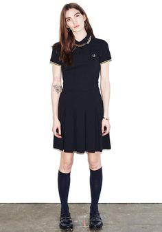 クラシカルなプリーツタイプのピケドレス。アーカイヴのテニスウェアをベースに Made in England にこだわりデザインされています。Aラインシルエットが女性らしい仕上がりです。胸元には30枚葉のローレルマークが刺しゅうされています。