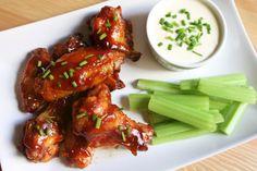 Las alitas de pollo son un excelente aperitivo, ya que son baratas, muy sabrosas y permiten prepararlas de mil formas diferentes. En esta ocasión hemos preparado todo un clásico, las alitas de poll…