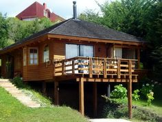 Cabins with hanging porch. Cabin House Plans, Mountain House Plans, Cabin Homes, Log Homes, Bamboo House Design, Hut House, Diy Cabin, Small Log Cabin, House On Stilts
