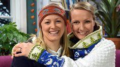 Elin och Lee med stickade Finland 100 år plagg