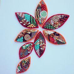 Beaded felt #felt #feltflowers #feltcrafts #feltro #beads #beadedflower #beadedleaves #redleaves #orangeleaves #diy #handmade