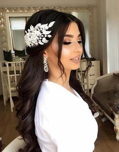 Quince Hairstyles, Open Hairstyles, Veil Hairstyles, Elegant Hairstyles, Wedding Hairstyles With Crown, Engagement Hairstyles, Bridal Hair And Makeup, Hair Makeup, Natural Wedding Makeup