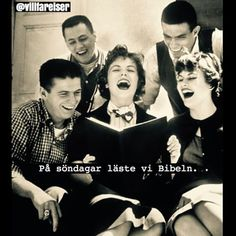 Teens, 1958 During a break between classes, high School Seniors roar with laughter as they look over pictures in the newly published yearbook. Happy Smile, Make You Smile, Life In The 1950s, People Reading, Unusual Facts, Yearbook Quotes, Vintage School, People Laughing, School Photos