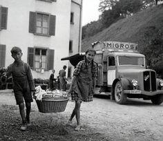 Theo Frey (1908 – 1997): Migroswagen in Arbeitersiedlung Tösstal, Gelatinesilber-Abzug 1942