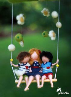 Se trata de una medida móvil de una madre con sus dos hijos que adora. Son muy felices juntos. Pura felicidad y amor. Familia.   Los chicos son unos 13-14 cm (5.3 pulgadas) de altura, su madre un poco más alta. Todos junto es alrededor de 45 cm de largo (17 pulgadas).  Me encanta hacer móviles como puedo expresar la historia que quiero contar... así que, cualquier personalización es posible, usted puede elegir colores, sugieren a los héroes de la historia... no dude en contactarme con tus…