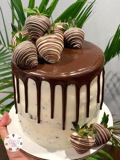 Chocolate Cake Designs, Chocolate Ganache Cake, Chocolate Strawberry Cake, Strawberry Cakes, Chocolate Covered Strawberries Cake, Strawberry Cake Decorations, Cake Decorating Designs, Easy Cake Decorating, Birthday Cake Decorating