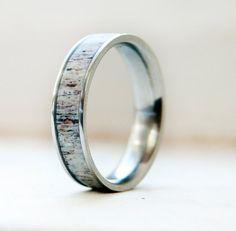 Dieser Ring-Funktionen werfen natürlich Geweih Inlay. Verschiedene Holz und Inlay-Optionen auf Anfrage.  Bitte hinterlassen Sie Größe und Datum von Anhang unter benötigt.  Erhältlich in: Titan, schwarz Zirkonium, Silber, 10K weiß, gelb oder Pink-GOLD  ** Titan ist unglaublich leicht und stärker als Stahl **  Wir lieben die auf Sonderanfertigungen! Wenn Sie Ihre eigene Idee für ein Design haben, erreichen Sie uns. Wir wollen etwas machen, als einzigartig und speziell wie die Liebe, die Sie…