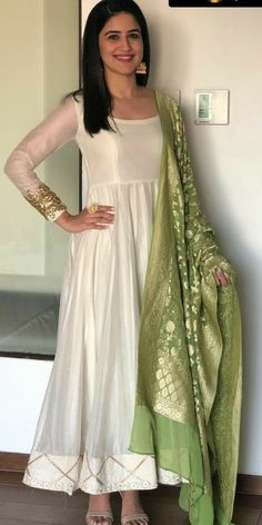 New Bridal Wear Pakistani Mehndi Pakistan 33 Ideas Indian Gowns Dresses, Indian Fashion Dresses, Dress Indian Style, Pakistani Dresses, Indian Outfits, Nikkah Dress, Frock Fashion, Gown Dress, Indian Look