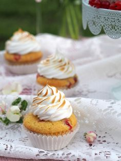 Punaherukka Kuppikakut Marenkikuorrutuksella   Annin Uunissa Mini Cupcakes, Picnic, Food And Drink, Desserts, Inspiration, Tailgate Desserts, Biblical Inspiration, Deserts, Picnics
