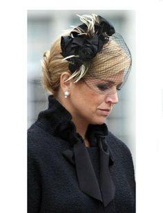 Pulsar en la imagen para verla a tamaño completo. Fascinator Headband, Headpiece, Fascinators, Headdress, Kentucky Derby Outfit, Derby Outfits, Wide Brimmed Hats, Cocktail Hat, Church Hats