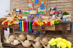 Decoração de festa junina floral. As flores são presentes em quase todo estilo de decoração, quando tratamos de decoração temática não é diferente.