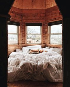 Cozy Bed Inspiration – Fall Bedroom Ideas For Cold Nights - Bed and Bedcover Dark Cozy Bedroom, Fall Bedroom, Comfy Bedroom, Serene Bedroom, White Bedroom, Bed Nook, Bedroom Nook, Small Room Bedroom, Bedroom Ideas