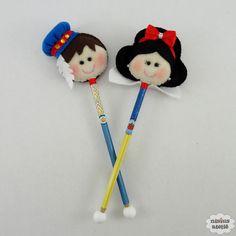 Ponteira de lápis ou caneta decorada com a branca de neve e príncipe feitos em feltro bordado à mão.