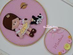 Quadro Porta Maternidade modelo Bastidor ,feito em tecido e feltro, decorado com botões plásticos e em madeira e personalizado com o nome do bebê. <br> <br> Podendo ser feito nas cores e estampas que desejar!