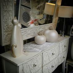 ¡¡Buenos días!! Hoy os enseñamos esta entrada en un tono neutro q combina perfectamente con cualquier color de pared. Tiene los cajones y el espejo labrado y ha causado sensación en nuestra tienda. #atopeconelmiercoles Cositas para decorar y hacer tu hogar más agradable y cálido.   www.lamparasyregalos.es #moda #homesweethome #espejo #muebles #lamparas #regalos  #lamparasyregalos #regalos #regalomama #regalosoriginales #regalosonline #regaloideal #decoint #decoracioninteriores #decoracion…