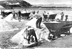Cagliari - 1930 - Uno scorcio dello stradone del Poetto come si presentava negli anni '30 quando al suo posto c'erano le saline e si faceva la raccolta del sale.