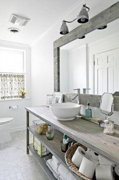 bielone drewno w aranzacji łazienki,stylowe łazienki,duze lustro nad konsolką w łaziene,łazienka na poddaszu,aranzacja łazienki na poddaszu,drewniane detale w białej łazience,drewniane szafi łazienkowe,kosze z trawy morskiej w łazience,ekologiczna łazienka,biała łazienka w naturalnym wystroju,wolnostojaca wanna na łapkach,skandynawska łazienka z oknem,jak urządzić łazienkę z oknem
