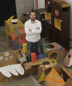 Roni em seu estúdio, convertido em laboratório de brinquedos infantis.