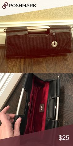 Sak Clutch 👛 EUC SAK Clutch 👛 This is the type of bag EVERYONE needs in their closet! Perfect bag for casual dinners or to pack for vacation. Like new condition. The Sak Bags Clutches & Wristlets