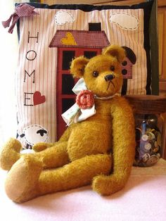 Quality teddy bear.  Look at that face and those long arms.  Fab!!  Now, which board to pin him on??