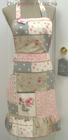 Beautiful apron *Make your own fabric with scraps. Then, have a one of a kind apron. Sewing Crafts, Sewing Projects, Projects To Try, Sewing Aprons, Denim Aprons, Cute Aprons, Ideias Diy, Aprons Vintage, Love Sewing