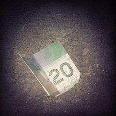 Trouver 20$ dans la rue, ça rend un homme heureux !