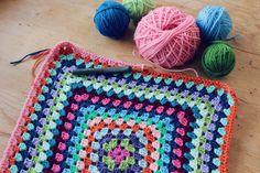 必要な道具はかぎ針1本。編み途中で中断しやすく、基本の編み方さえ覚えれば色々編めるのが「かぎ編み」の大きな魅力。時間のない忙しい方でも気軽にチャレンジでき、おまけに作れるものはとっても可愛くて、コースターやマット、バッグなど日常のお役立ちアイテムになるものばかり。そんな「かぎ編み」の魅力をご紹介します♪ Handmade Crafts, Blanket, Knitting, Crochet, Diy, Crocheting, Patterns, Tricot, Bricolage