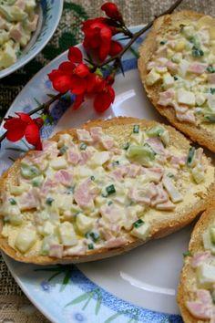 Sałatkowa pasta do kanapek z szynką i szczypiorkiem.