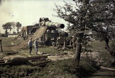 Pièce d'artillerie de 370 et son filet de camouflage, à Heenkerke (Belgique). autochrome de Paul Castelnau (5 sept. 1917)