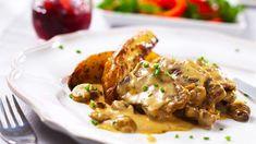 Leikkaa lihasta noin 1/2 cm viipaleita. Ruskista viipaleet kevyesti voissa molemmin puolin ja ripottele ruskistettuun pintaan hieman suolaa. Lado viipaleet uunivuokaan. Sulata juusto pannussa ja lisää kerma. Viipaloi herkkusienet ja lisää ne kastikkeeseen. Kaada kastike viipaleiden päälle ja hauduta 60 minuuttia 175 asteisessa uunissa. Tarjoile esimerkiksi uunilohkoperunoiden kanssa.