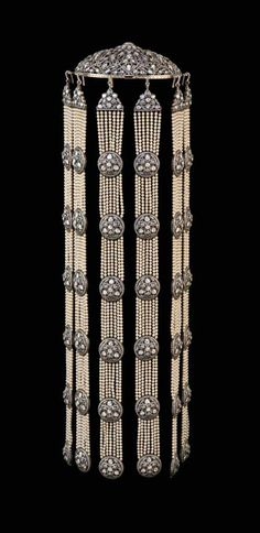 Headdress from a Munnu Kasliwal wedding suite in gold, featuring silver, diamonds and pearls. Collection of The Gem Palace, Jaipur.