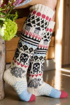 Neulotut metsämökki-sukat Cute Socks, My Socks, Wool Socks, Knitting Socks, Knitting Patterns Free, Free Knitting, Diy Crochet, Pullover, Leg Warmers