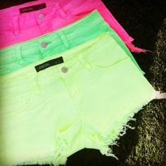 Neon Shorts omg omg omg im dying i need these so badd! - dope shorts if they weren't ripped at the bottoms and if they were a bit longer :) Cute Shorts, Ripped Shorts, Neon Outfits, Summer Outfits, Cute Outfits, Summer Clothes, Teen Fashion, Summer Looks, Vestidos