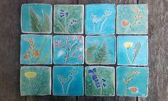Botanische ceramiektegel, Lentebloemen, hand gesneden tegel bluebell kersenbloesem, crocosmia, varens, koe peterselie, paardebloem, forsythia