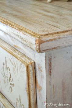 Vintage Furniture - This white and gold distressed damask dresser has a subtle vintage look was easy to make. I share my simple tutorial to copy this look on any wood surface. White Distressed Furniture, White Painted Furniture, Gold Furniture, Chalk Paint Furniture, Furniture Makeover, Furniture Projects, Furniture Design, Dresser Makeovers, Funky Furniture