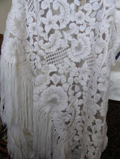 Xale espanhol, de tule bordado em lã.