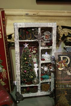 Christmas Shadowbox - An idea for using my broken or extremely fragile ornaments Christmas Is Coming, All Things Christmas, Holiday Fun, Christmas And New Year, Vintage Christmas, Christmas Time, Merry Christmas, Christmas Projects, Holiday Crafts
